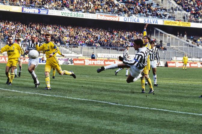 Roberto Baggio in azione con la maglia della Juventus. Il Codino vestì la maglia bianconera dal 1990 al 1995