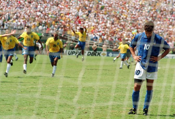 Una foto scattata pochi istanti dopo che Roberto Baggio spedì sopra la traversa il rigore decisivo nella finale di Usa 1994. Dopo gli errori dal dischetto di Baresi e Massaro, quello del numero 10 consegnò al Brasile la vittoria della Coppa del Mondo