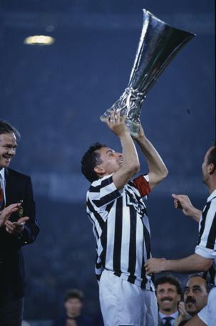Roberto Baggio mentre alza la Coppa Uefa, vinta con la Juve nel 1993