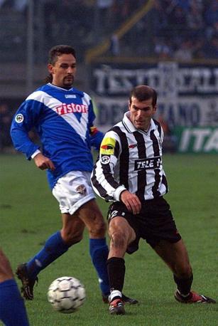 Un esempio del perchè la Serie A era il campionato più bello di tutti: in questa foto un'azione di gioco che vede protagonisti Roberto Baggio e Zinedine Zidane