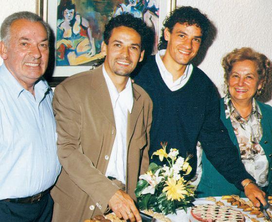 Roberto Baggio, assieme ai genitori e al fratello Eddy nel 2002
