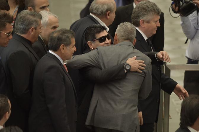 Un abbraccio tra Baggio e Maradona, due dei giocatori più forti di sempre