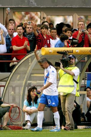 16 maggio 2004: Milan-Brescia è l'ultima partita di Roberto Baggio prima di appendere le scarpette al chiodo. Al momento della sostituzione, tutti allo stadio si alzano per omaggiare il campione che lascia il calcio giocato