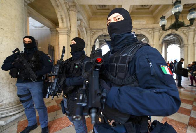 Controlli degli accessi in piazza San Marco delle forze dell'ordine in occasione del Carnevale