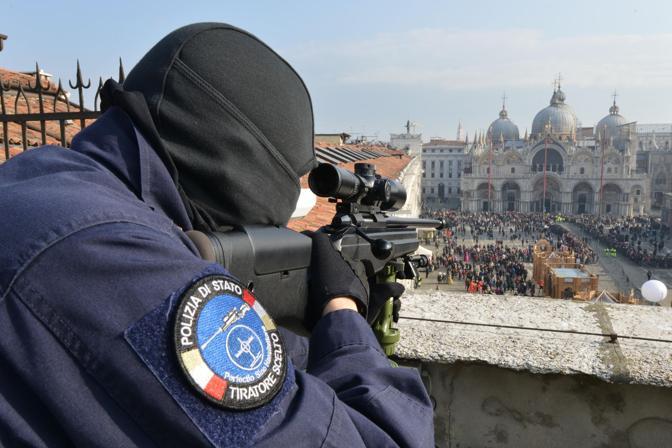 I tiratori scelti della polizia sul tetto del Museo Correr