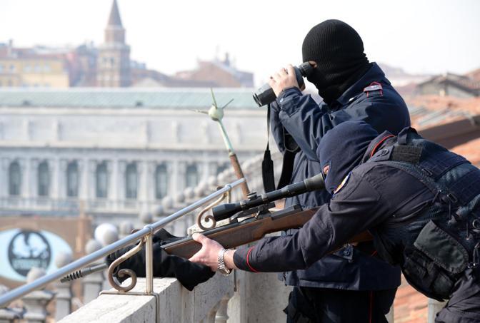 I tiratori scelti dei carabinieri sul tetto dell'Orologio