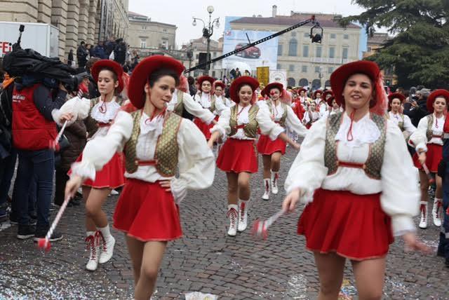 La città si è fermata per la tradizionale sfilata dei carri del «venerdì gnocolar», momento-clou del 487esimo Bacanal del gnoco, il carnevale più antico d'Italia.