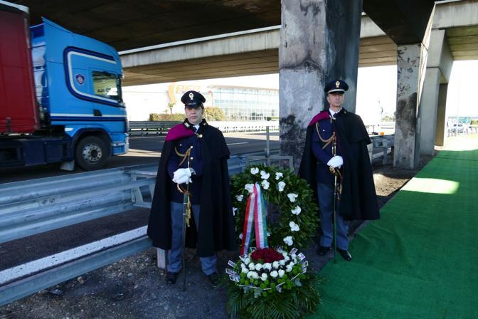 Corono di fiori deposta nel luogo dell'incidente