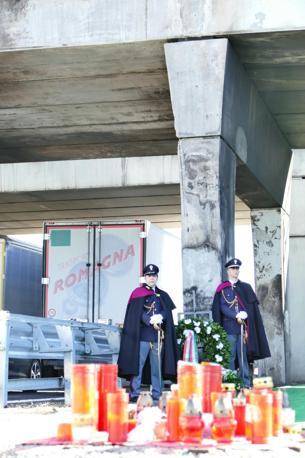 La commemorazione e i fiori sul luogo dell'incidente
