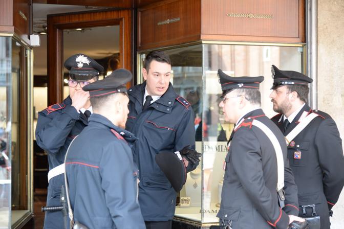 Le forze di polizia davanti alla gioielleria che doveva essere rapinata (Andrea Pattaro/Vision)