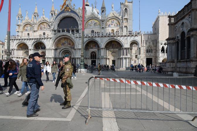 Le forze di polizia in piazza San Marco (Andrea Pattaro/Vision)