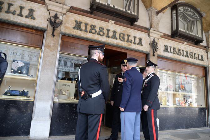Le forze di polizia davanti alla gioielleria Missiaglia (Andrea Pattaro/Vision)