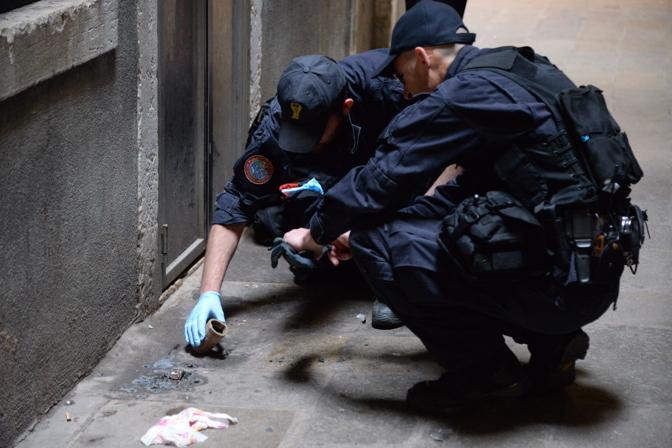 I rilievi sul fumogeno utilizzato dai banditi (Andrea Pattaro/Vision)