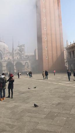 Il campanile di San Marco avvolto dalla nebbia del fumogeno (Facebook)
