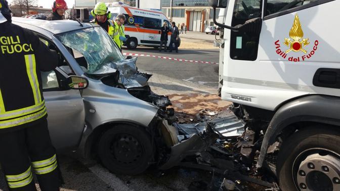 Camion contro auto, due morti sulla strada regionale 11 a Gambellara