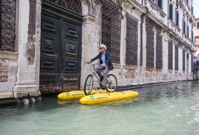 Gael García Bernal in «bici» sul Canal Grande