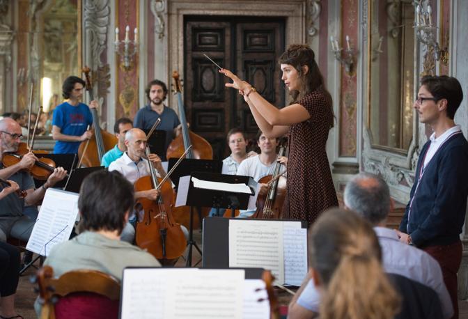 L'oboista assistente del direttore in un interno veneziano