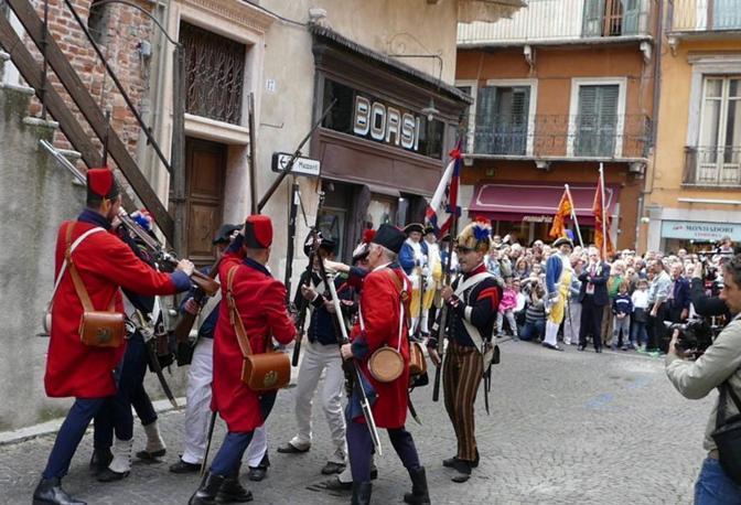 I bersaglieri irrompono in piazza, la rievocazione storica delle Pasque veronesi