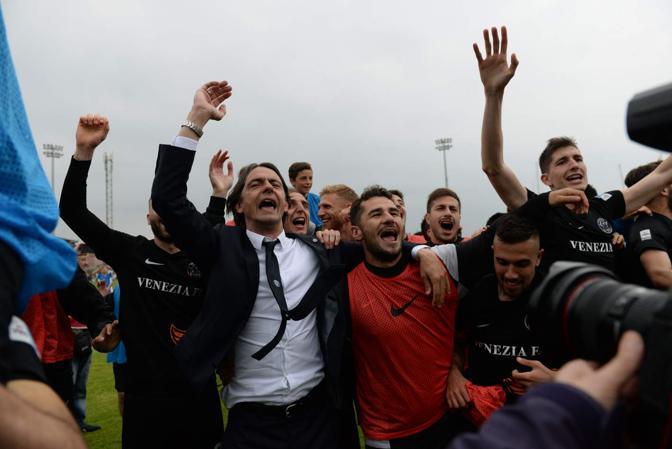 Festeggiamenti in campo per la promozione in serie B del Venezia