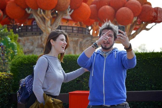 Il comico Paolo Ruffini con l'attrice Diana Del Bufalo, sua fidanzata, a Gardaland