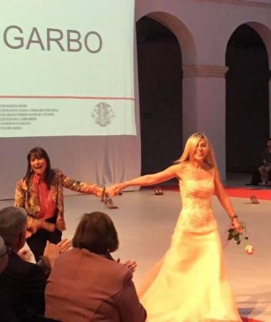 Sfilata Lions: la giornalista Savina Confaloni  in passerella con la stilista di alta moda Rosy Garbo
