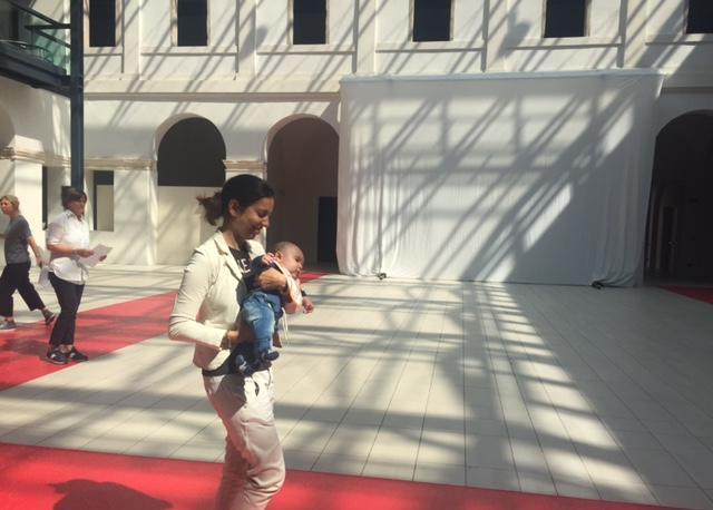 Sfilata Lions: le prove, Annalisa Celeghin sfila con il piccolo Giovanni