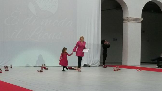 Sfilata Lions: La giornalista Francesca Visentin con la piccola Beatrice Vittoria Zanetti
