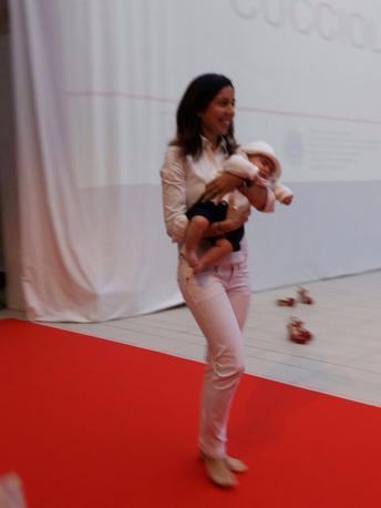 La sfilata Lions: Annalisa Celeghin in passerella con il piccolo Giovanni, 4 mesi