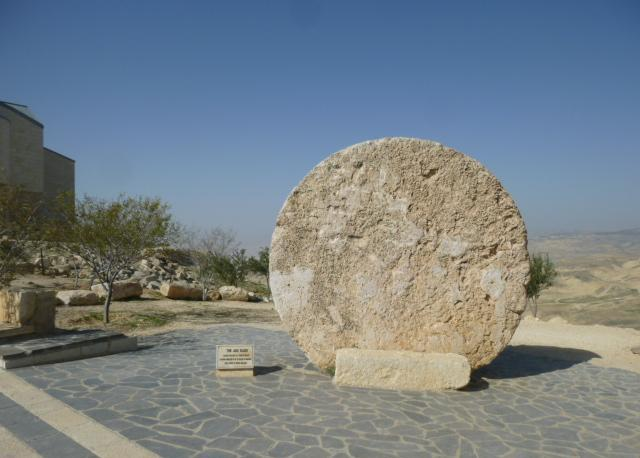 Il monte Nebo, retto da una comunità religiosa francescana. La pietra che chiudeva la caverna in cui era sepolto Mosè