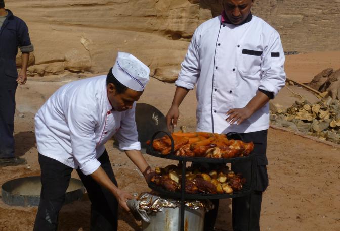 Il deserto di Wadi Rum. La preparazione di un piatto tipico