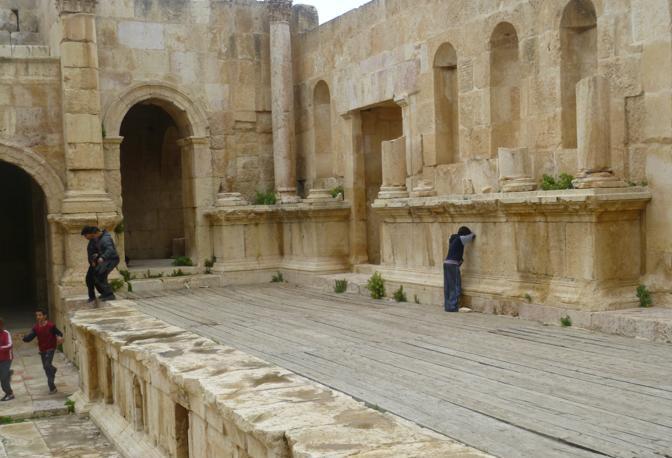 L'antica città di Jerash. I bambini che giocano a nascondino fra le rovine della storia