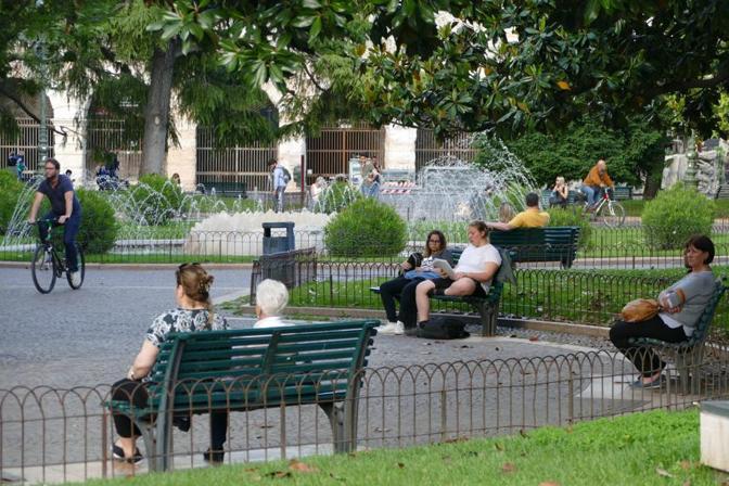 Verona Zona delle panchine dei giardini in piazza Bra