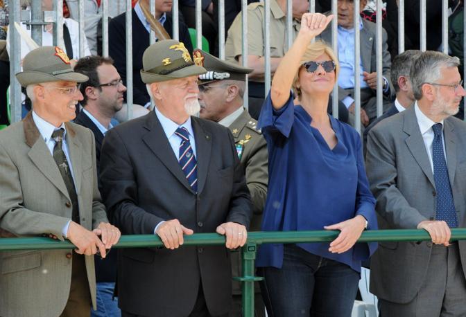 Il palco in piazza Vittoria al centro il presidente Ana Sebastiano Favero e il ministro delle Forze armate Roberta Pinotti