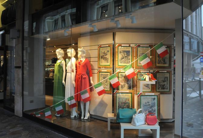 Borse e vestiti formano il Tricolore