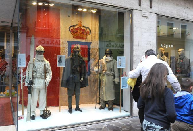 I manichini diventano soldati. In vetrina da Berto's