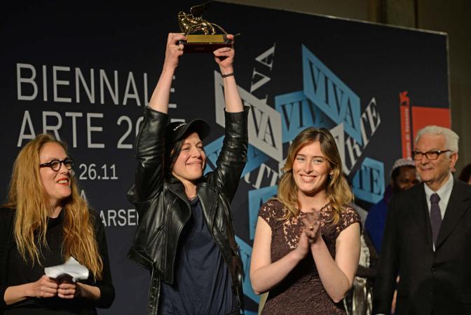Anne Imhof riceve il leone d'oro per la miglior partecipazione nazionale della Biennale d'arte di Venezia da sottosegretario alla presidenza del Consiglio Maria Elena Boschi
