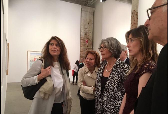 La curatrice Christine Macel illustra a Maria Elena Boschi e Anna Finocchiaro un'opera ai Giardini nel padiglione centrale. Vicino Paolo Baratta (dal profilo Twitter della Boschi)