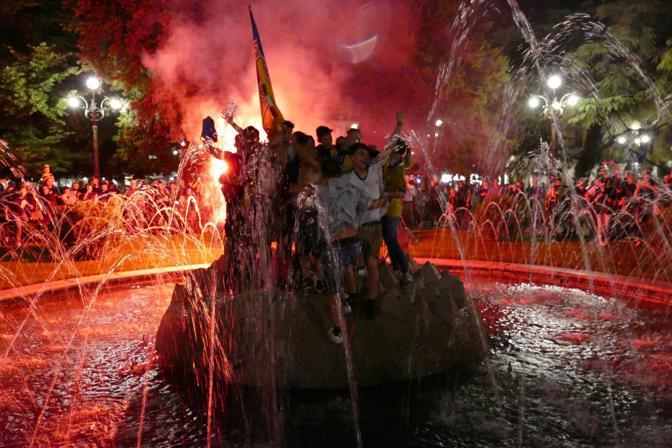 Il bagno nella fontana in piazza Bra