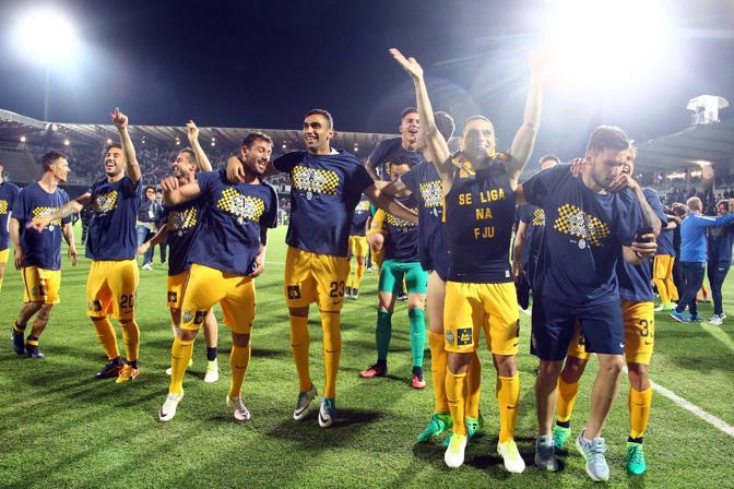 I giocatori del Verona festeggiano la promozione in serie A