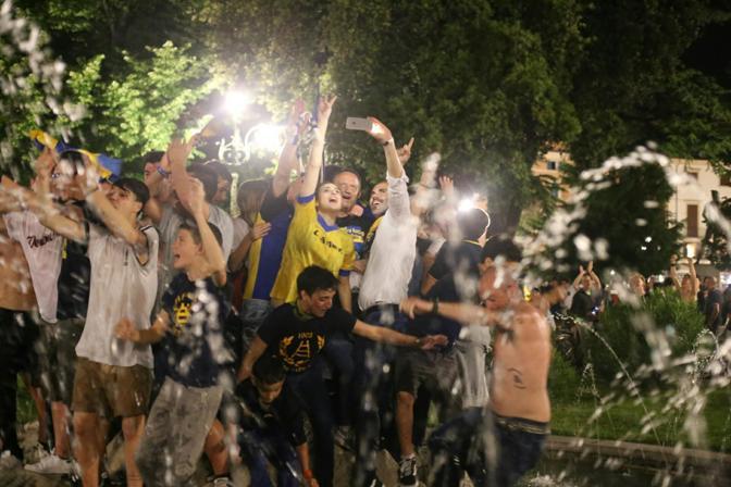 La festa nella fontana in piazza Bra