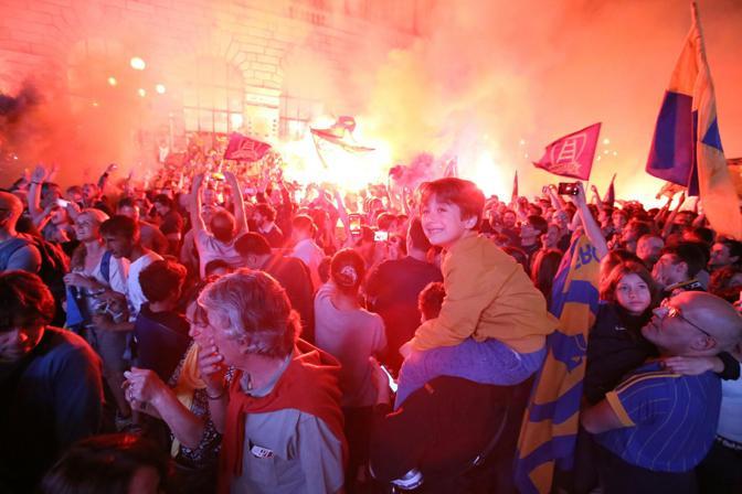 La festa in piazza Bra davanti al palazzo della Gran Guardia