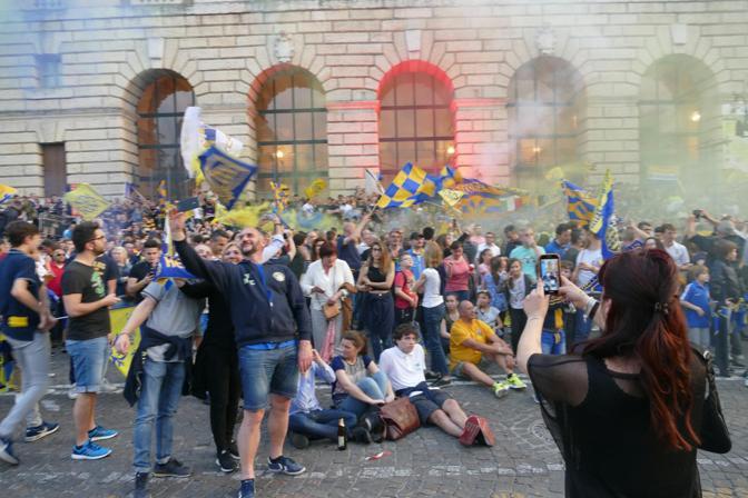 La festa in piazza Bra cominciata già prima della partita in notturna