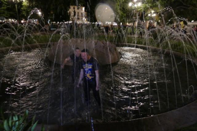 Il sindaco Flavio Tosi si tuffa nella fontana di Piazza Bra