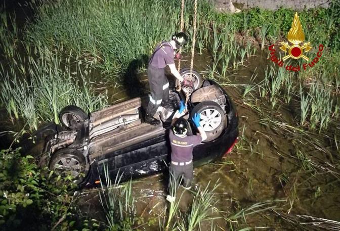 Il recupero dell'auto finita nel canale