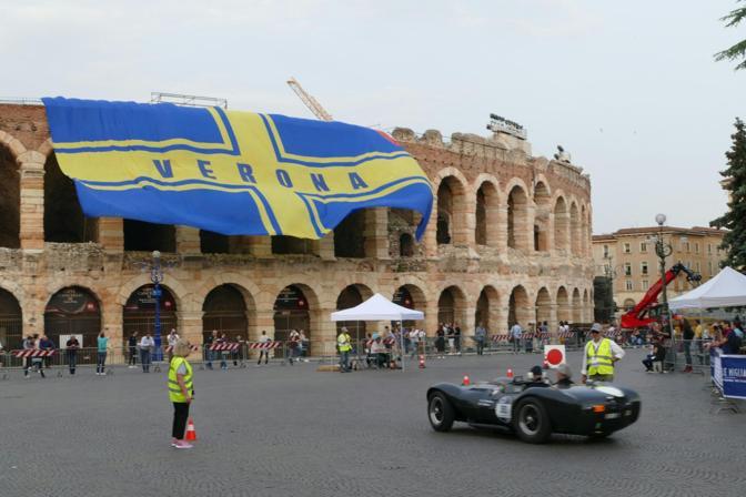 Lo striscione dell'Hellas sull'Arena e la Millemiglia