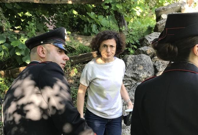 Inquirenti sul luogo dell'omicidio