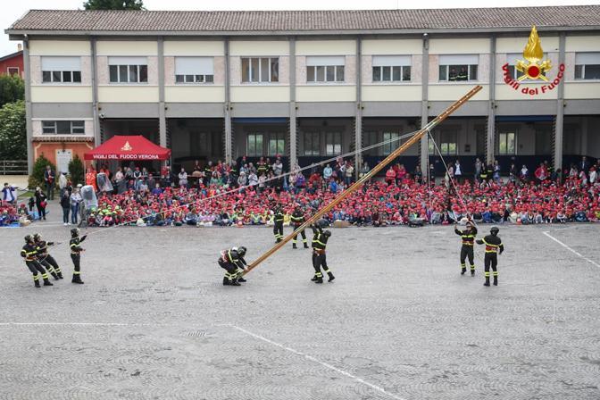 Bambini delle scuole a lezione dai Vigili del Fuoco di Verona