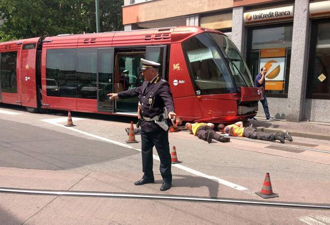 19/05/2017 Mestre - Via Colombo - Deraglia il tram - - fotografo errebi