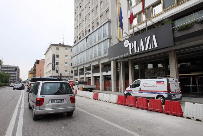 L'hotel Plaza, nei dintorni è stato accoltellato il tunisino