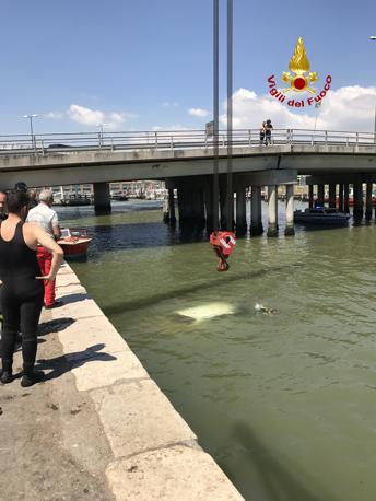 Il recupero dell'auto finita in canale a Venezia al Tronchetto
